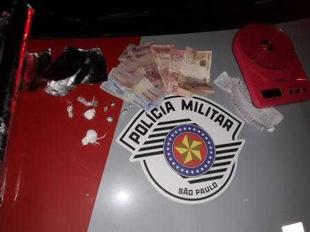 PM de Lucélia prende traficantes que venderam drogas para ocupantes de veículo de OC