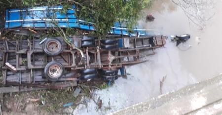 Motorista morre após caminhão cair da Ponte do Rio Aguapeí na SP-425