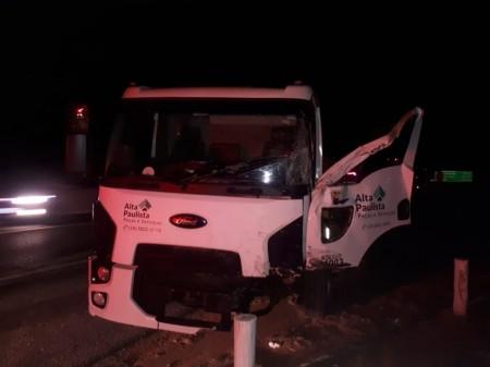 Animal na pista provoca acidente entre dois caminhões na SP-294 em Lucélia