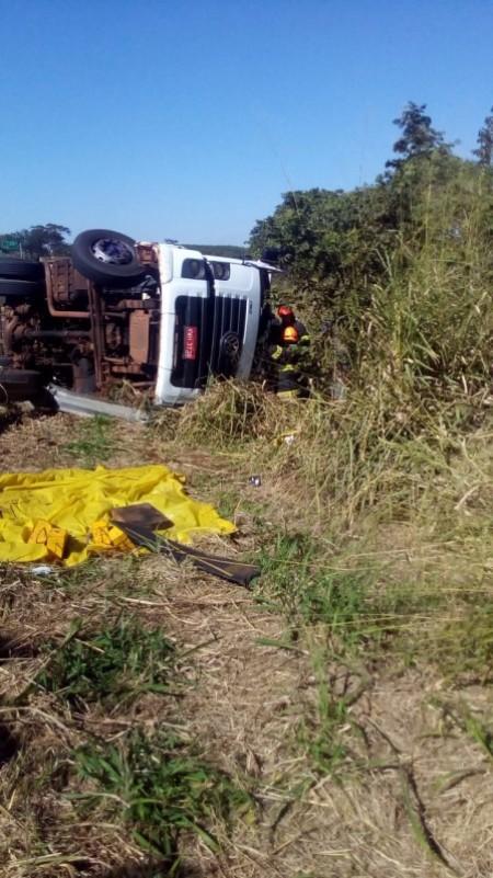Caminhão tomba na Rodovia Comandante João Ribeiro de Barros em Parapuã