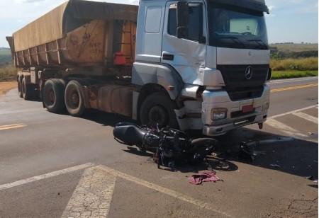 Acidente entre moto e carreta deixa duas pessoas feridas