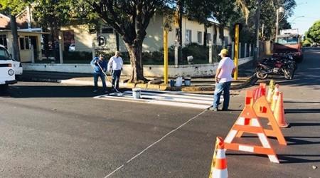 Prefeitura inicia sinalização de solo na Rio Branco após término do recape