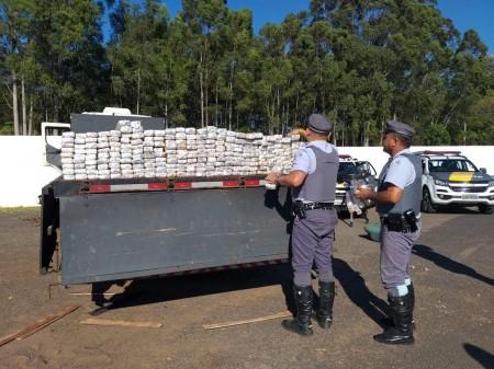 Em abordagem, Polícia Rodoviária descobre fundo falso lotado de maconha e prende dois homens