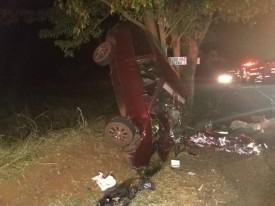 Motorista e passageiro morrem após carro bater em árvore, em Mirante do Paranapanema