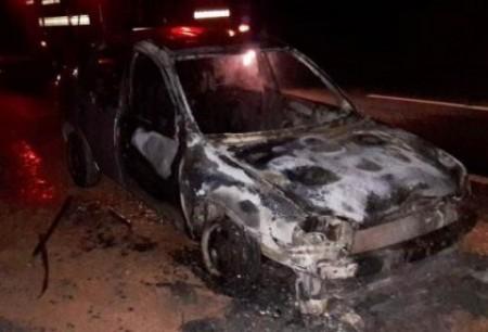 Carro de Lucélia pega fogo na SP-294 em Flórida Paulista
