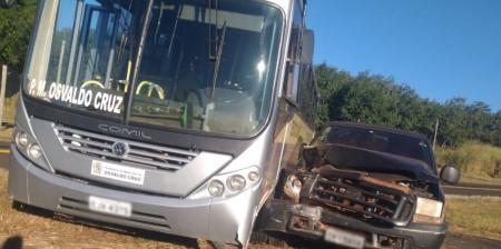 Acidente no trevo de acesso ao bairro Lagoa Azul envolve ônibus da Prefeitura de OC e caminhonete
