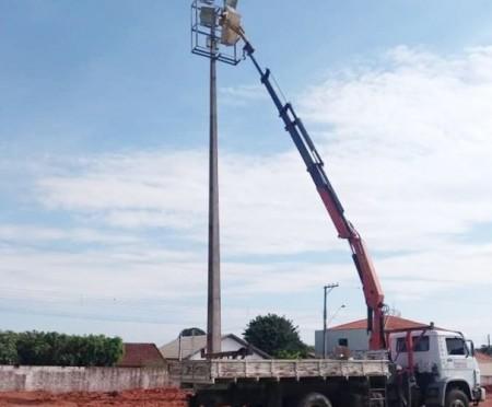 Prefeitura de Salmourão realiza reparos na iluminação do estádio