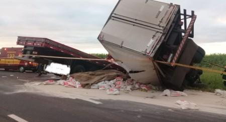 Acidente entre dois caminhões mata um motorista e deixa outro gravemente ferido na SP-425