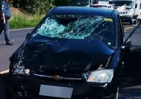 Duas pessoas ficam feridas em acidente entre carro e moto na SP-294