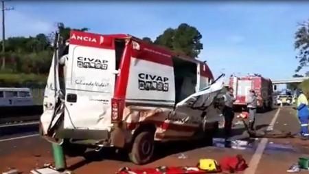 Ambulância do Samu capota em rodovia e deixa três socorristas feridos