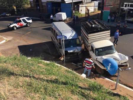 Acidente entre dois veículos e Van escolar deixa crianças e adulto feridos em Dracena