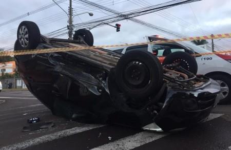 Carro capota após colisão em avenida em Presidente Prudente