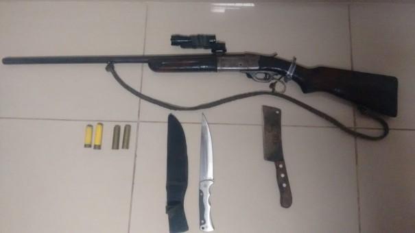 Espingarda e facas são apreendidas durante abordagem policial, em Rinópolis