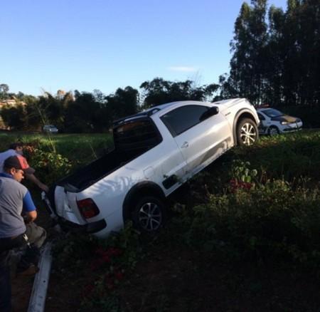 Mulher perde controle de carro, bate e derruba poste na SP-294 em Tupã
