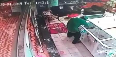 Com vidros quebrados, loja em Tupi Paulista é alvo de furto e tem prejuízo de quase R$ 13 mil