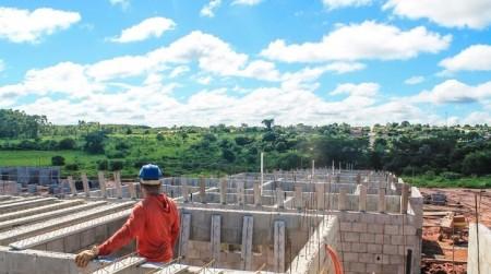 Primeiras unidades habitacionais da CDHU em Salmourão começam a receber estrutura de laje