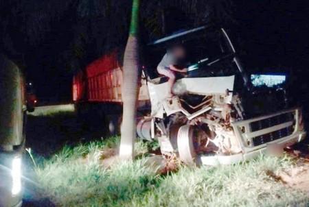 Colisão entre caminhões na SP-294 deixa uma pessoa ferida