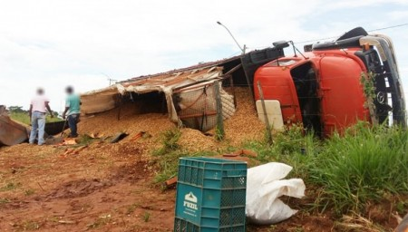 Caminhão tomba em vicinal de Quintana e fere motorista