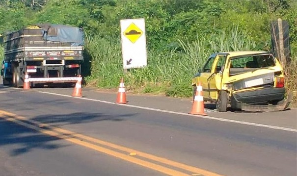 Colisão traseira envolve caminhão e carro na SP-294, em Parapuã