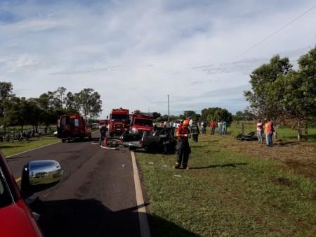 Acidente entre carros deixa cinco vítimas e interrompe trânsito na Rodovia Júlio Budiski