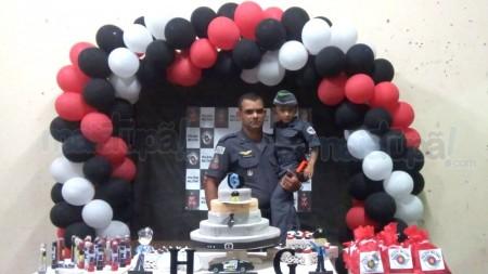 Criança de Quintana que sonha ser policial recebeu uma visita surpresa em sua festa de aniversário