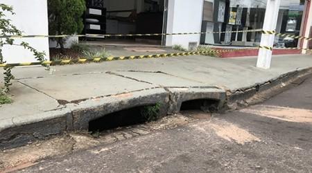 Rua que margeia Parque dos Pioneiros tem afundamento e trecho é parcialmente interditado