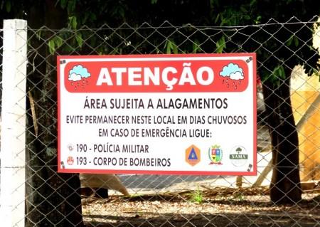 Defesa Civil de Osvaldo Cruz instala placas de aviso em área de alagamento