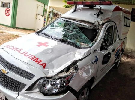 Cavalo na pista provoca acidente com ambulância de Bastos em Marília