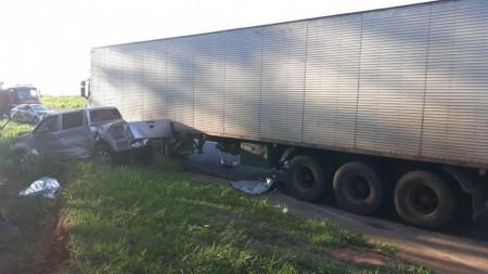 Batida entre caminhão e caminhonete mata agente penitenciário em Martinópolis