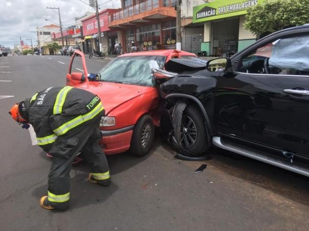 Motoristas ficam feridos em colisão de veículos em cruzamento no Centro de Dracena