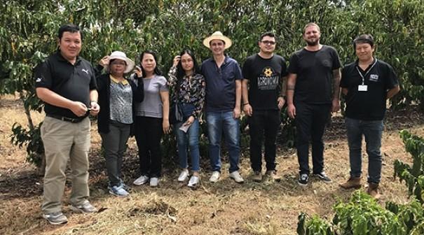 Em Adamantina, pesquisadores do Vietnã conhecem pesquisas, cultivo e processamento do café Robusta