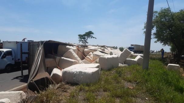 Motorista perde o controle da direção e caminhão com fardos de algodão tomba em Adamantina