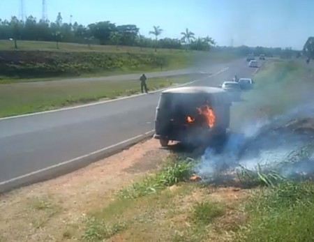 Veículo pega fogo em alça de acesso da Rodovia Raposo Tavares em Álvares Machado