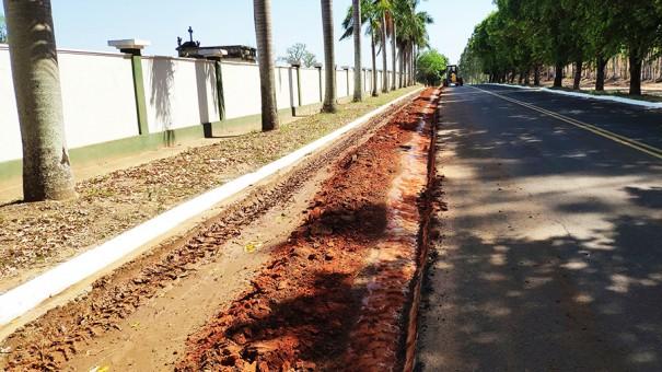Prefeitura de Flórida Paulista executa pavimentação de acostamento de vicinal em frente ao Cemitério