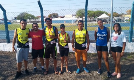 Equipe de atletismo de Salmourão recebe homenagem da Câmara Municipal
