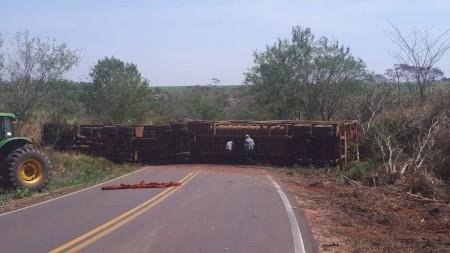 Caminhão tomba e interdita vicinal que liga Salmourão a Guararapes