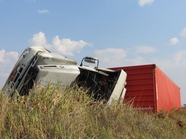 Motorista perde controle e tomba caminhão no entroncamento da SP-294 com SP-425, em Parapuã