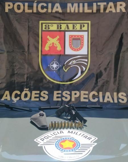 Motorista fica nervoso ao se deparar com viatura do Baep e leva policiais a apreenderem revólver e munições