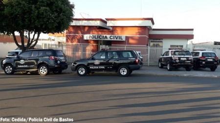 Polícia Civil de Bastos prende dois acusados de envolvimento em roubos