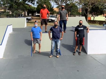 Pista de skate no Parque dos Pioneiros em Adamantina recebe nova pintura e grafites