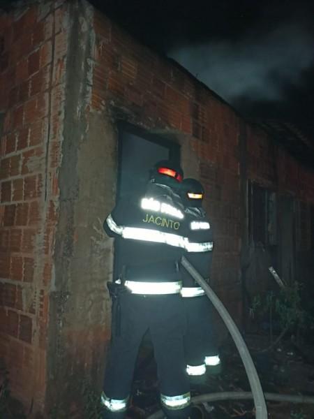 Incêndio destrói casa habitada por moradores de rua em Osvaldo Cruz