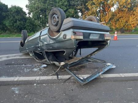Capotamento deixa três pessoas feridas na SP-294, em Herculândia