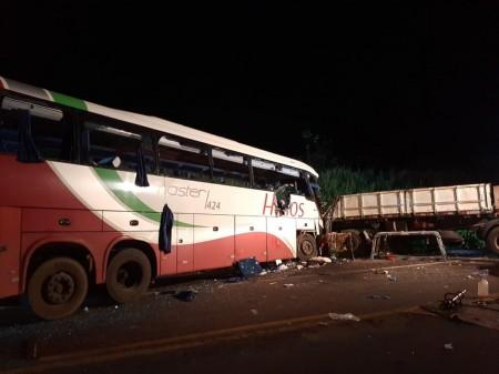 Colisão frontal entre bitrem e ônibus deixa sete mortos e várias pessoas feridas na SP-425, em Parapuã