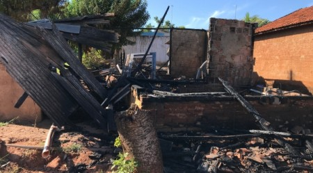 Pai e filho se salvam ilesos de incêndio que destruiu residência de madeira em Adamantina