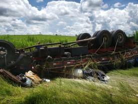 Condutor perde o controle de direção e caminhão tomba fora do acostamento na SP-284
