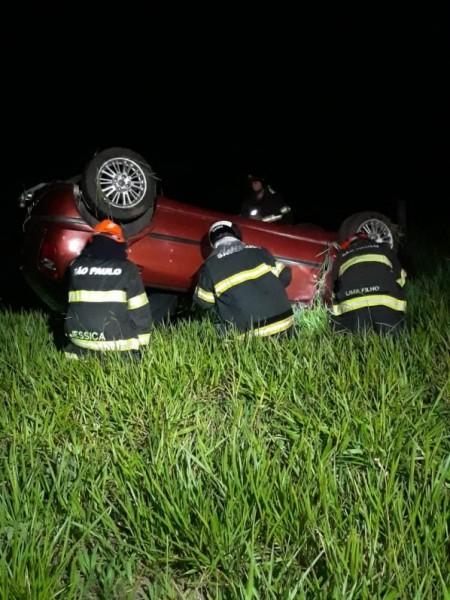 Motorista é preso após capotar carro na SP-294, em Iacri