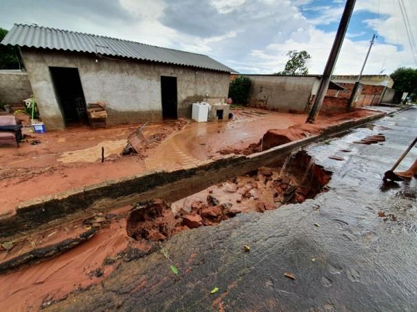 Enxurrada de lama invade casa em Parapuã e deixa moradores transtornados