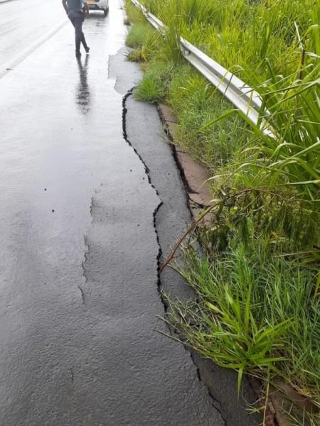 Asfalto cede em decorrência das chuvas em trecho de acostamento da Rodovia Assis Chateaubriand