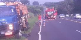 Acidente entre caminhões deixa uma pessoa ferida na SP-294