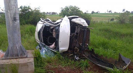 Carro capota e motorista é socorrido preso às ferragens